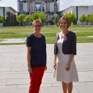 Sabine Dittmar, MdB, mit Nicole Hromadka vor dem Kanzleramt