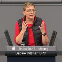 Sabine Dittmar bei einer Rede im Deutschen Bundestag (12/2018)